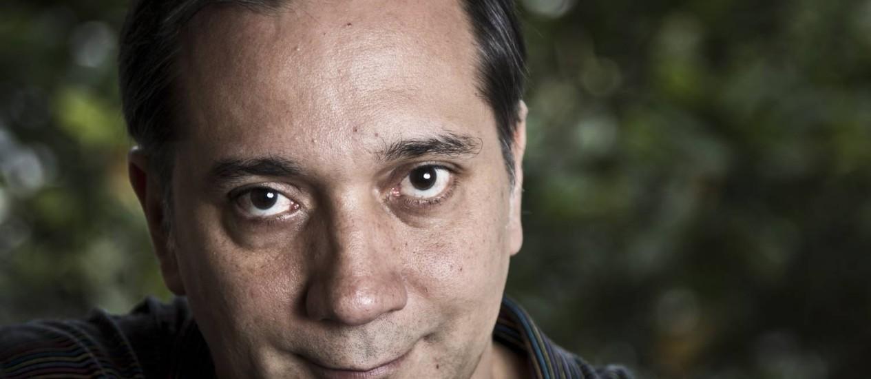Bruno Gouveia, líder do Biquini Cavadão, perdeu o filho Gabriel num acidente de helicóptero. Ele segura um boneco de barro que, para ele, representa o menino Foto: Mônica Imbuzeiro / O Globo