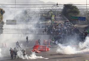 Manifestantes entram em confronto com policiais no entorno do Maracanã Foto: Domingos Peixoto / Agência O Globo