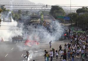 Tropa de Choque da Polícia Militar entra em confronto com manifestantes durante ato em frente ao Maracanã, momentos antes da partida entre México e Itália, pela Copa das Confederações Foto: Agência O Globo