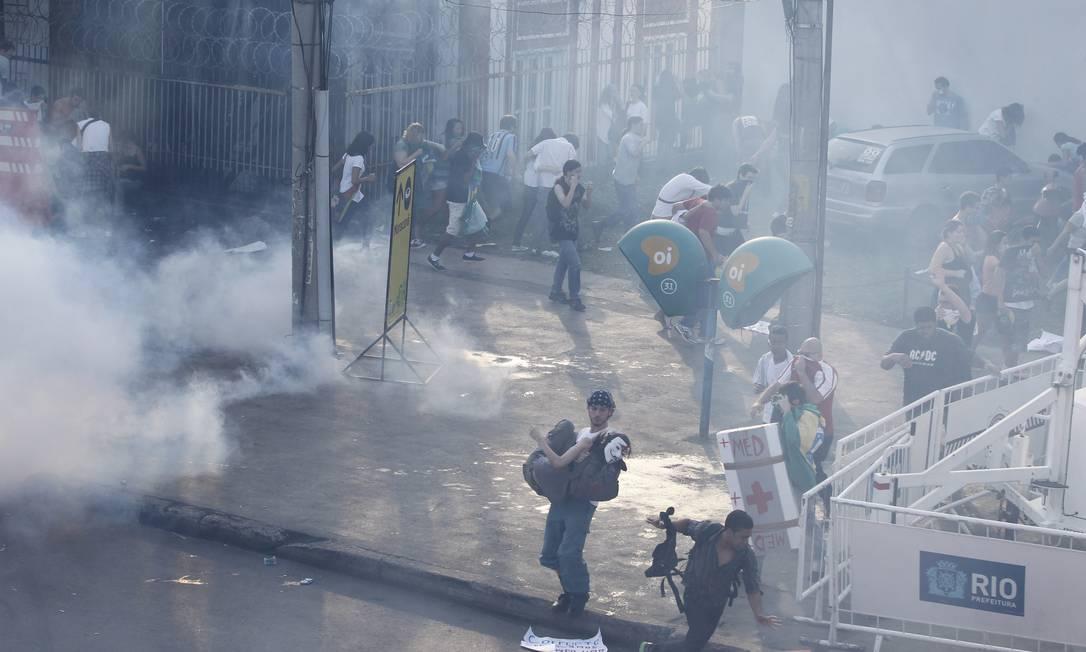 Tropa de Choque da Polícia Militar tenta dispersar os manifestantes com bombas de gás lacrimogêneo Foto: Domingos Peixoto / Agência O Globo