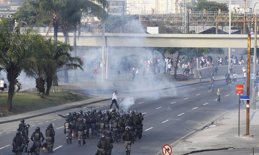 Tropa de Choque da Polícia Militar tenta dispersar manifestantes com bombas de gás lacrimogêneo Foto: Domingos Peixoto / Agência O Globo