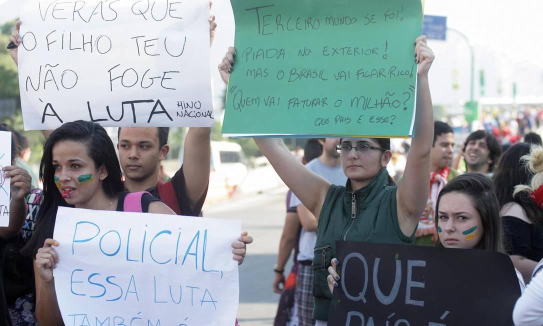 Manifestantes protestam com cartazes em frente ao Maracanã Foto: Luiz Ackermann / Agência O Globo