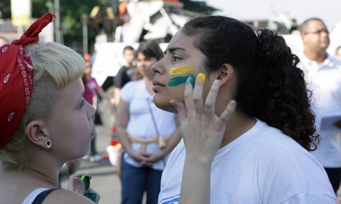 Manifestantes se pintam para o ato em frente ao Maracanã Foto: Luiz Ackermann / Agência O Globo