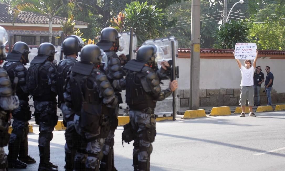 Tropa de Choque da Polícia Militar monta guarda nas proximidades do Maracanã Foto: Luiz Ackermann / Agência O Globo