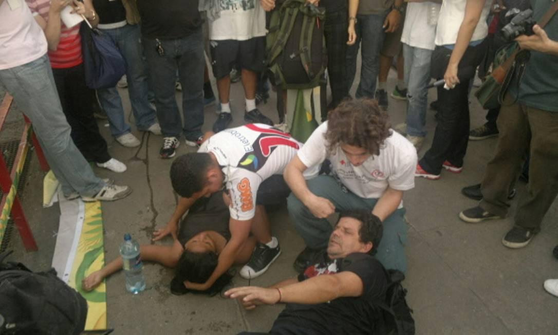 Manifestantes passam mal após confronto com a Polícia Militar Foto: Rodrigo Bertolucci