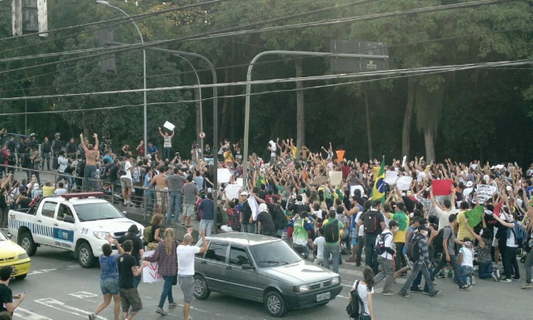 Parte dos manifestantes que protestava próximo ao Maracanã recuou para a Quinta da Boa Vista Foto: Rodrigo Bertolucci