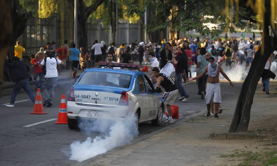 Parte dos manifestantes que protestava em frente ao Maracanã recuou para a Quinta da Boa Vista Foto: Pedro Kirilos / Agência O Globo
