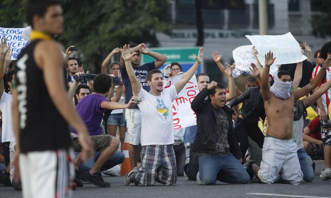Manifestantes mostram cartazes na Quinta da Boa Vista, após serem afastados do Maracanã por policiais Foto: Pedro Kirilos / Agência O Globo