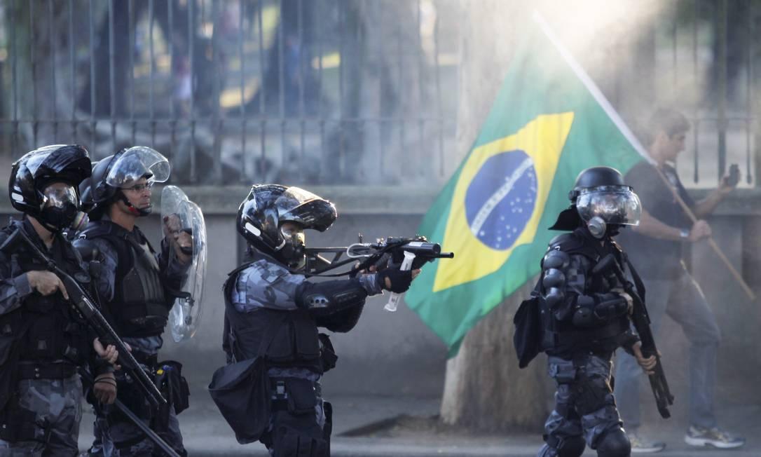 Tropa de Choque da Polícia Militar atira balas de borracha Foto: Pedro Kirilos / Agência O Globo