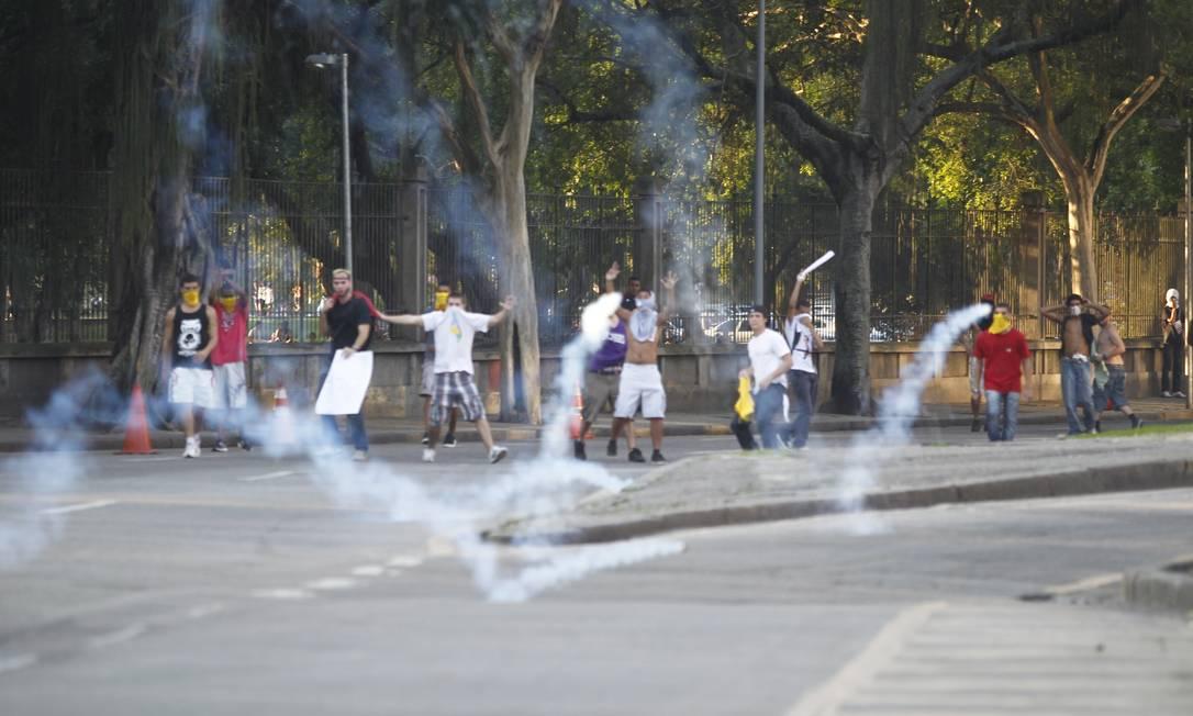 Bombas de gás lacrimogêneo também foram usadas para dispersar os manifestantes Foto: Pedro Kirilos / Agência O Globo