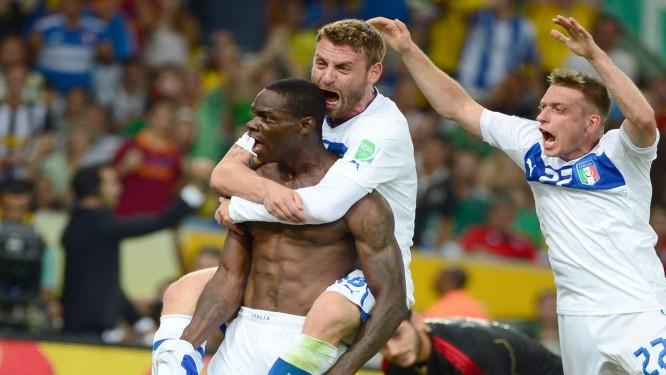 Balotelli tira a camisa para comemorar o gol da vitória da Itália sobre o  México por af55d46f688ba