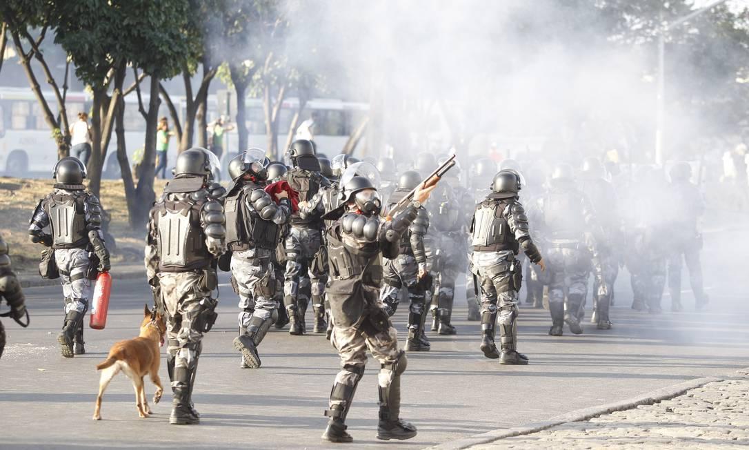 Policiais atiram bombas de gás lacrimogêneo nos manifestantes próximos ao Maracanã Foto: Pedro Kirilos / Agência O Globo