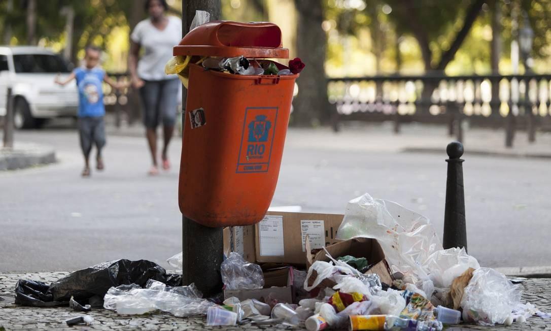 Papeleira transborda lixo na Lapa e detritos tomam conta da calçada: situação se repete em outros pontos Foto: Daniela Dacorso / Agência O Globo
