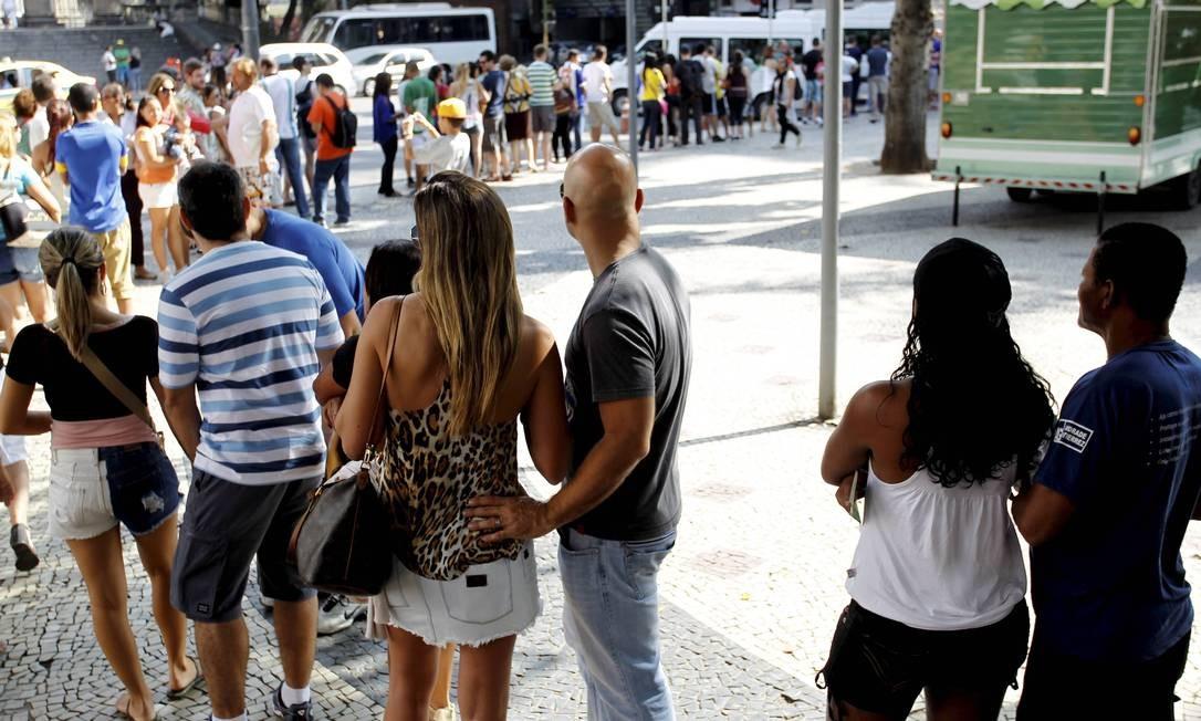A fila no Largo do Machado para o embarque na van que leva ao Corcovado: uma hora de espera Foto: Marcelo Piu / Agência O Globo