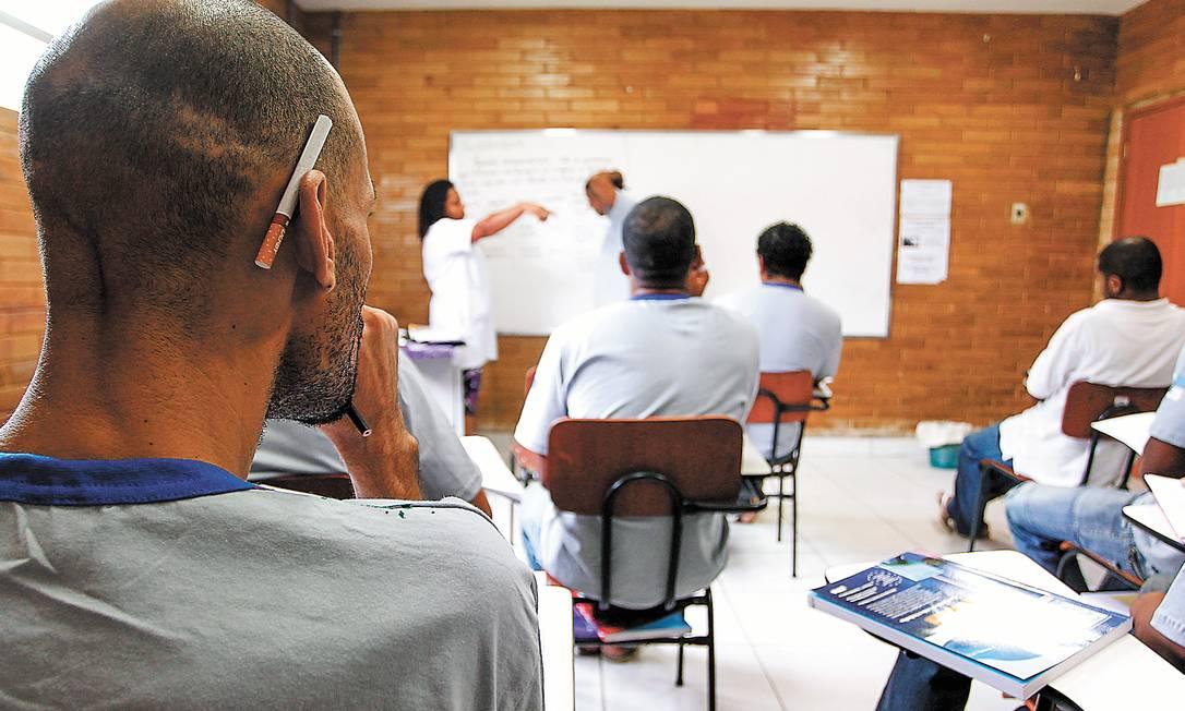 Lição na cadeia. Detentos assistem a uma aula de português da 6ª série do ensino fundamental, dentro da prisão, em Bangu Foto: Pedro Kirilos / Pedro kirilos