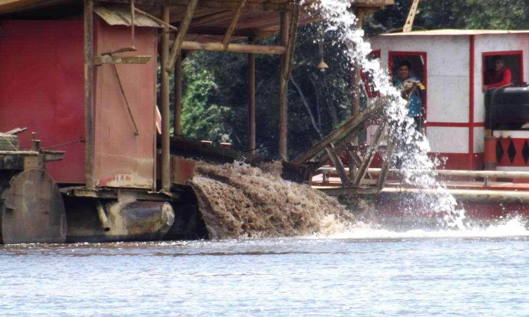 Dragas remexem o leito do Rio Tapajós em busca de ouro no município de Itaituba, no Pará Foto: Terceiro / Divulgação/Prefeitura de Itaituba