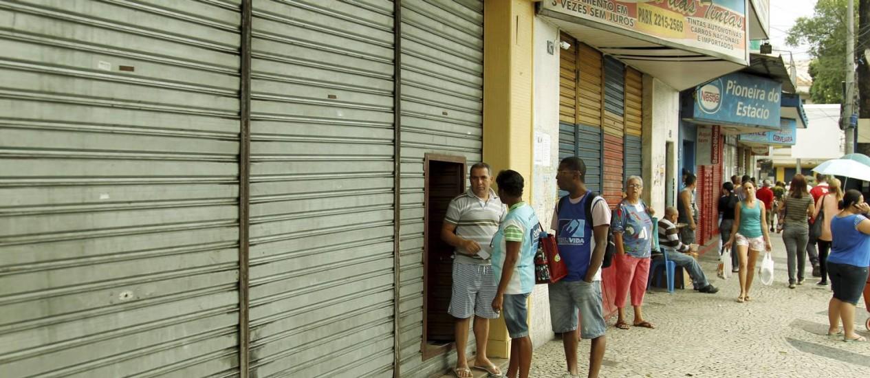 Comércio fechado na Avenida Estácio de Sá Foto: Gabriel de Paiva / Agência O Globo
