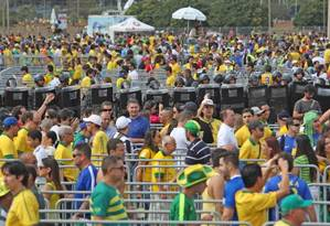 Torcedores fazem fila para assistir à estreia do Brasil na Copa das Confederações, domingo, em Brasília Foto: André Coelho / Agência O Globo