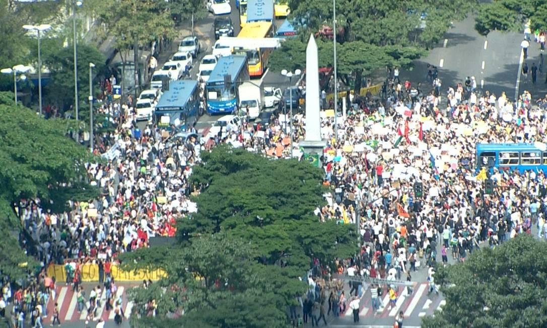 Manifestantes fecharam a Praça Sete, em Belo Horizonte, em protesto contra o reajuste da tarifa de ônibus Foto: Reprodução TV Globo
