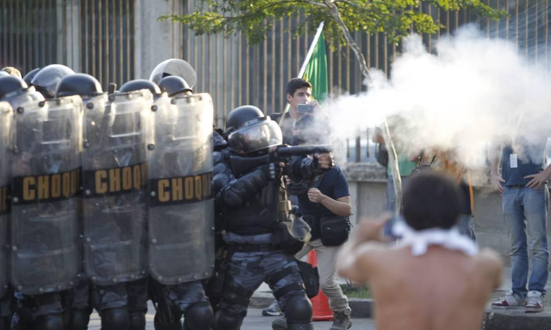 No domingo, protesto em torno do Maracanã, durante o jogo México e Itália, terminou em confronto com policiais Foto: FOTO: Pedro Kirilos / Agência O Globo