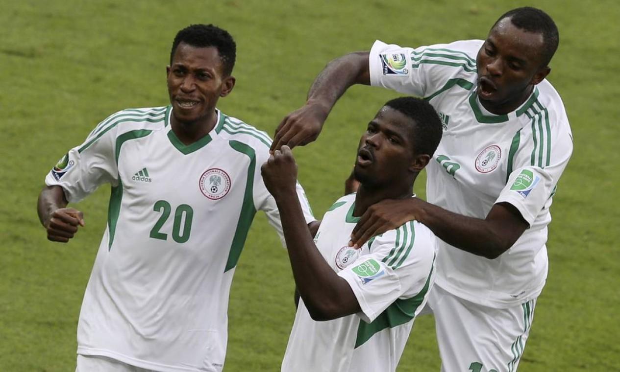 Nigerianos comemoram o primeiro gol na Copa das Confederações Foto: PAULO WHITAKER / REUTERS