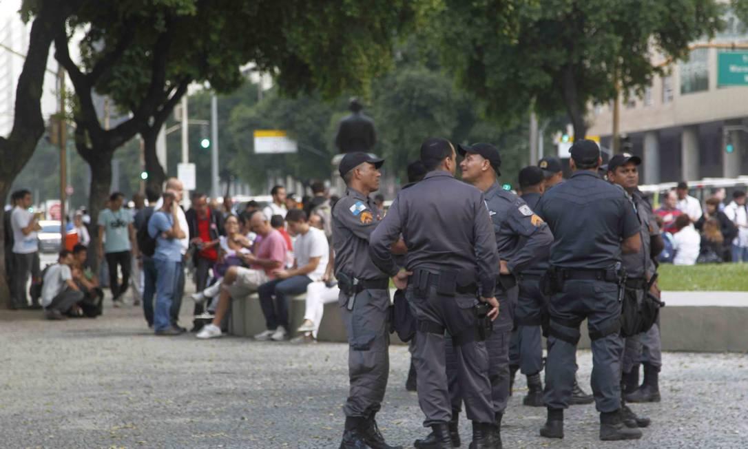 Cerca de 150 policiais militares do 5º BPM (Centro) ocupam a Praça da Candelária, no Centro do Rio, onde ocorre a concentração para um novo protesto contra o aumento das passagens Marcelo Carnaval / O Globo