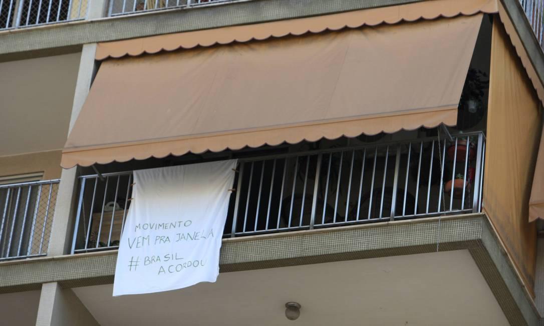 Movimento Vem Para a Janela: os panos brancos nas varandas mostram que o protesto vai além das ruas; na foto, prédio na Rua Batista das Neves Fabiano Rocha / Agência O Globo
