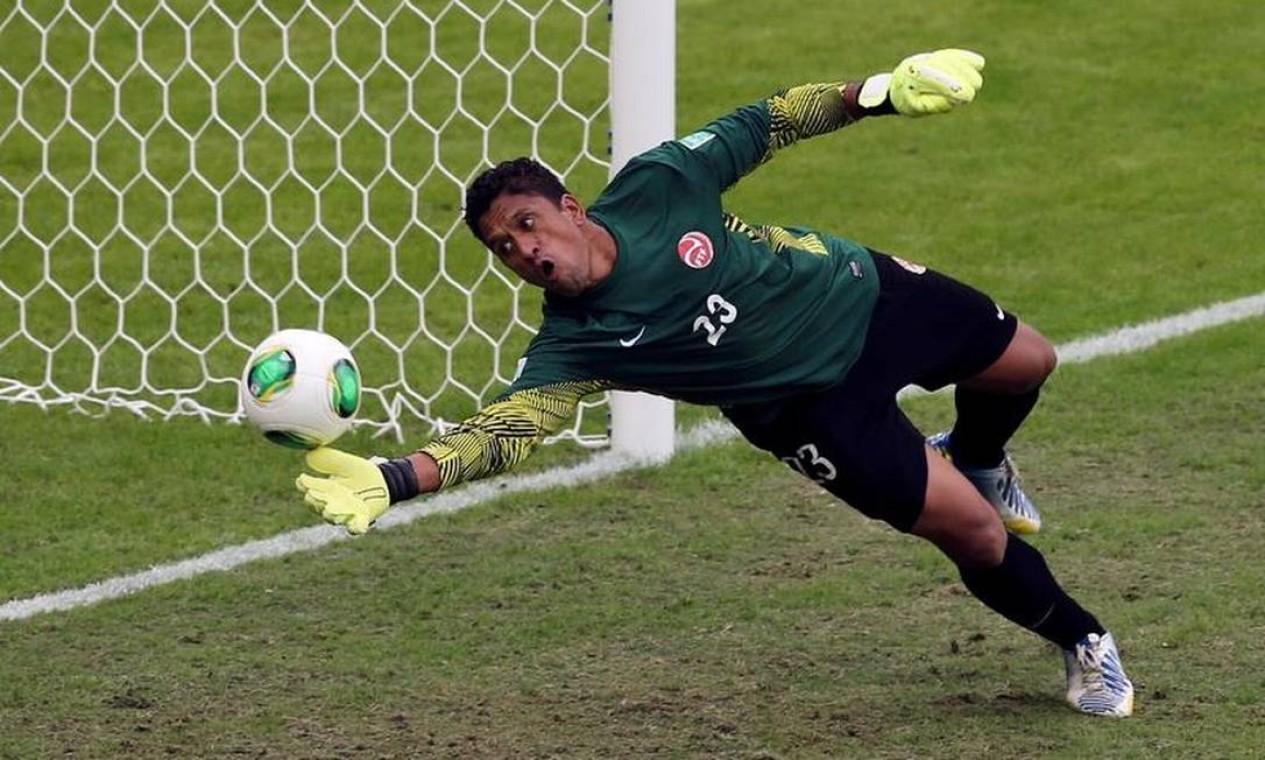 O goleiro taitiano Xavier Samin não conseguiu evitar os gols dos nigerianos no primeiro tempo Foto: REUTERS/Paulo Whitaker
