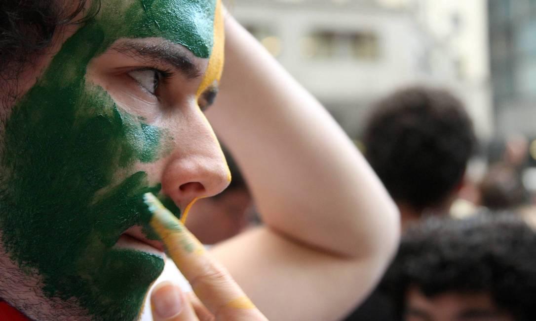 Manifestante pinta o rosto na preparação para um novo protesto no Rio contra reajuste das passagens Fabiano Rocha / O Globo