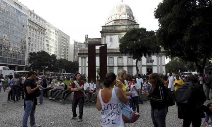 Manifestantes se reúnem na Candelária, no Centro do Rio, de onde partirá uma passeata contra o reajuste das passagens Domingos Peixoto / Agência O Globo