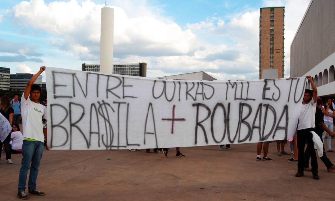 Estudantes protestam em Brasília contra o preço da passagem Foto: Givaldo Barbosa / Agência O Globo