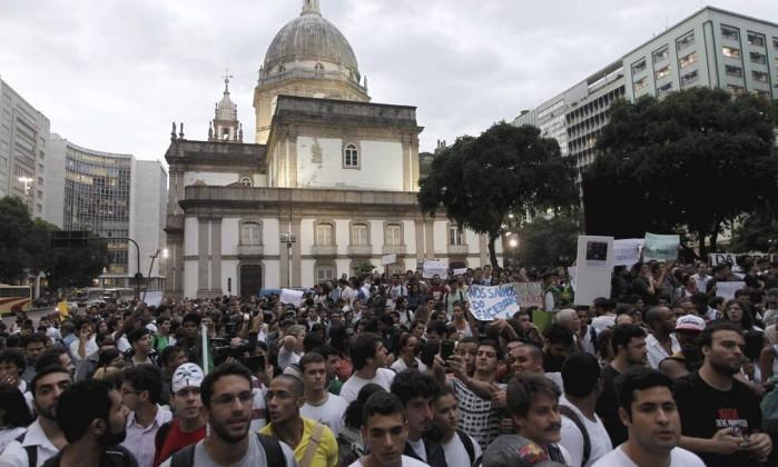 Milhares de pessoas participam da manifestação contra o aumento das passagens de ônibus no Centro do Rio Domingos Peixoto / Agência O Globo