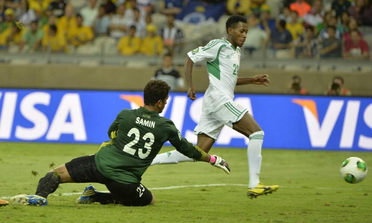 Aos 29 minutos do segundo tempo, o placar ficou ainda mais largo. Oduamadi marcou o quinto gol da Nigéria no jogo Foto: Eugenio Savio / AP