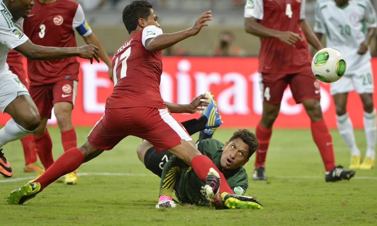 Aos 22 minutos do segundo tempo, Jonathan Tehau marcou contra, ampliando a vantagem nigeriana Foto: Eugenio Savio / AP