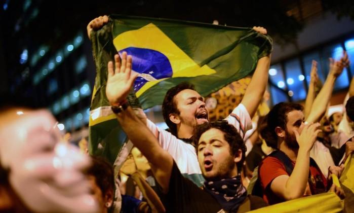 Manifestantes na Avenida Rio Branco, no Centro, contra preço das passagens e contra a construção de estádios CHRISTOPHE SIMON / AFP