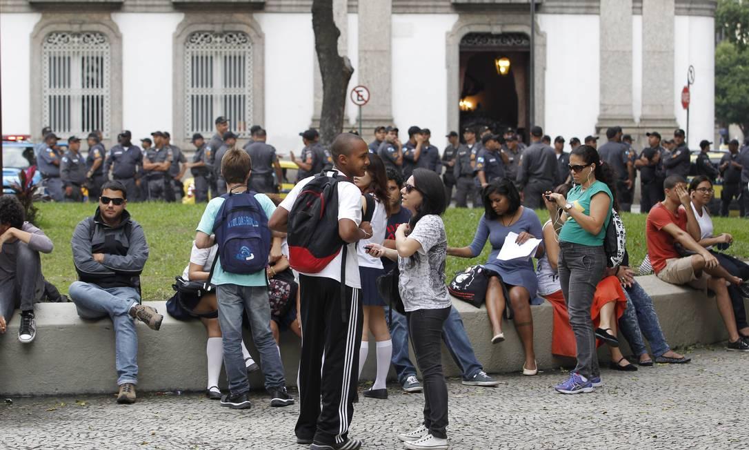Manifestantes durante a concentração na Candelária na tarde desta segunda-feira Domingos Peixoto / Agência O Globo