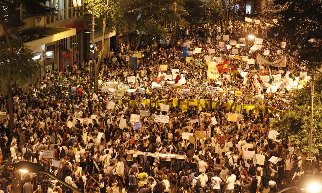 Multidão ocupa a Avenida Rio Branco em protesto contra o reajuste de tarifas de passagens Marcelo Carnaval / Agência O Globo