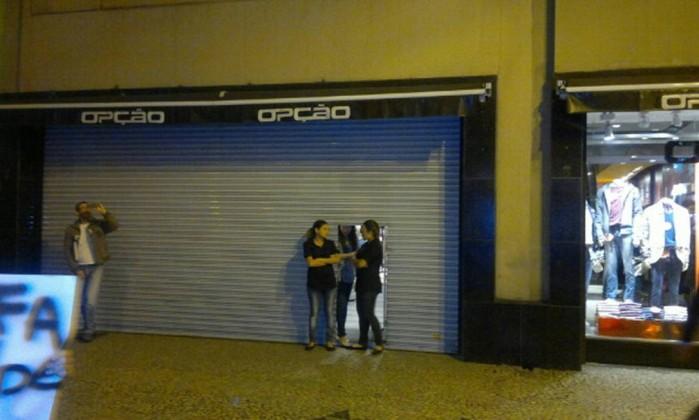 Lojas fecham na Avenida Rio Branco durante passagem da manifestação O Globo / Antônio Werneck