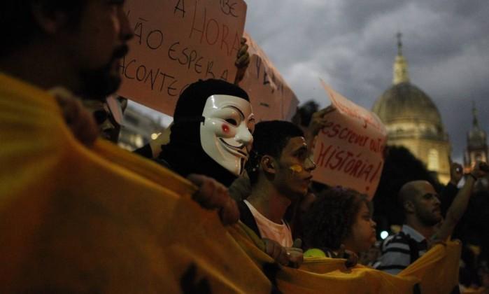 Cartazes e máscaras caracterizam a passeata no Centro Pedro Kirilos / O Globo