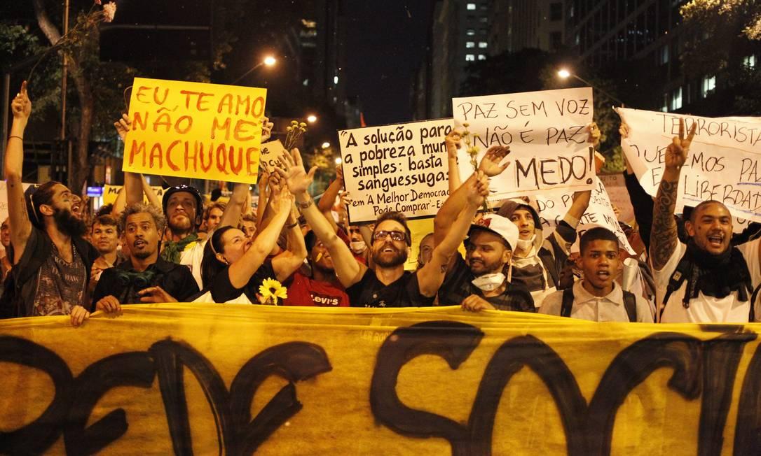 Em um dos cartazes, a frase: 'Eu te amo, não me machuque' Pedro Kirilos / O Globo