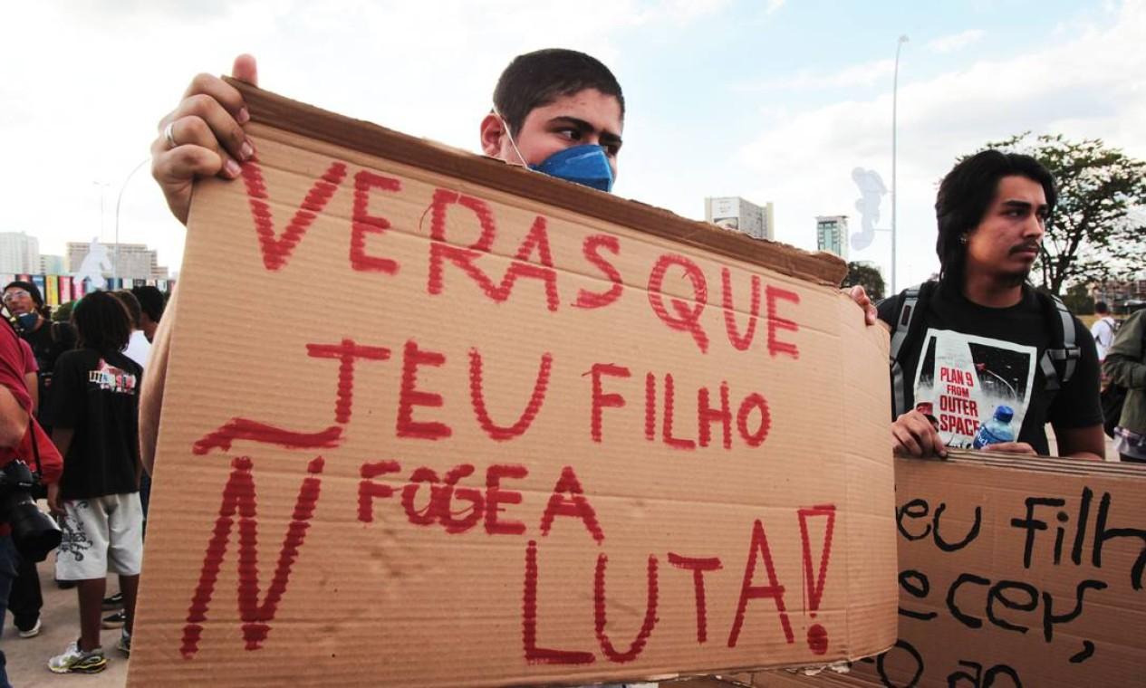 Com cartazes, jovens se preparam para a passeata na Esplanada dos Ministérios Foto: Givaldo Barbosa / Agência O Globo