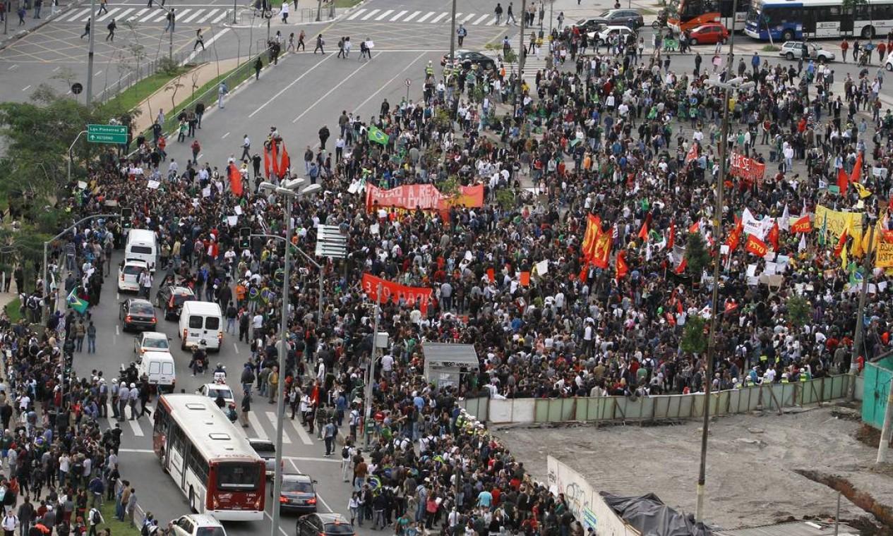 Manifestantes ocupam o Largo do Batata, em São Paulo, contra o reajuste da tarifa dos ônibus Foto: Marcelo D'Sants / Agência O Globo