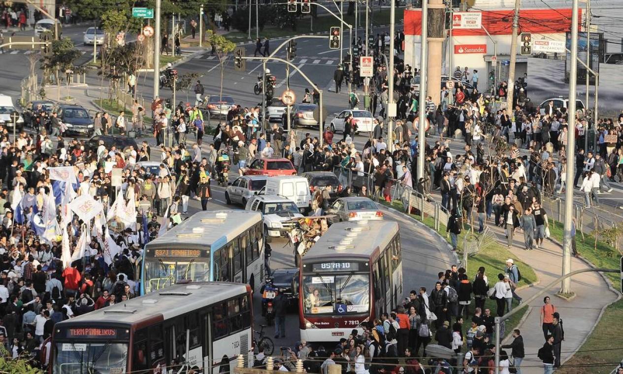 Ônibus ficam cercados pelos manifestantes do Largo da Batata, em São Paulo Foto: Adriano Lima / Brazil Photo Press