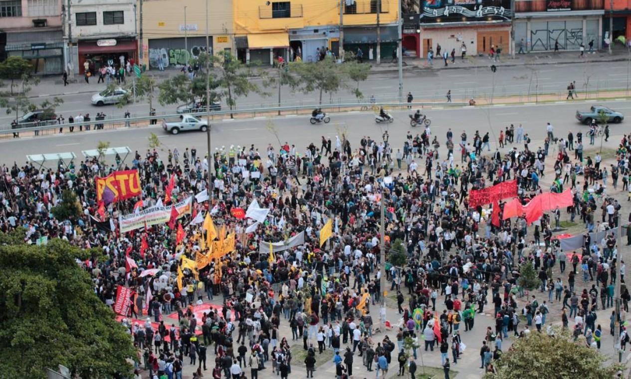 Manifestantes ocuparam grande parte da praça ao lado da estação Faria Lima, do metrô Foto: Marcelo Brammer / Brazil Photo Press