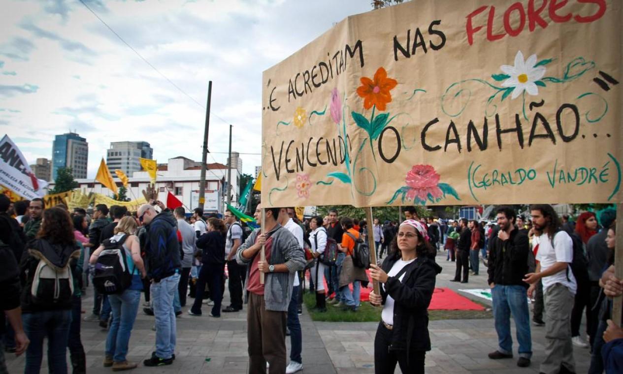 Versos de Geraldo Vandré ilustram os cartazes de protesto no Largo da Batata, em São Paulo Foto: Ale Vianna / Brazil Photo Press