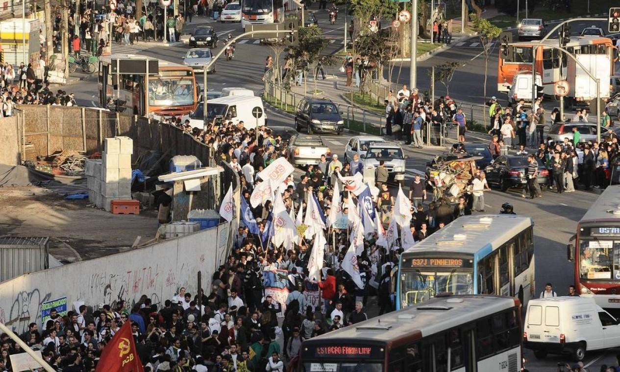 Manifestantes no Lago da Batata em Pinheiros contra o aumento da passagem Foto: Adriano Lima / Brazil Photo Press