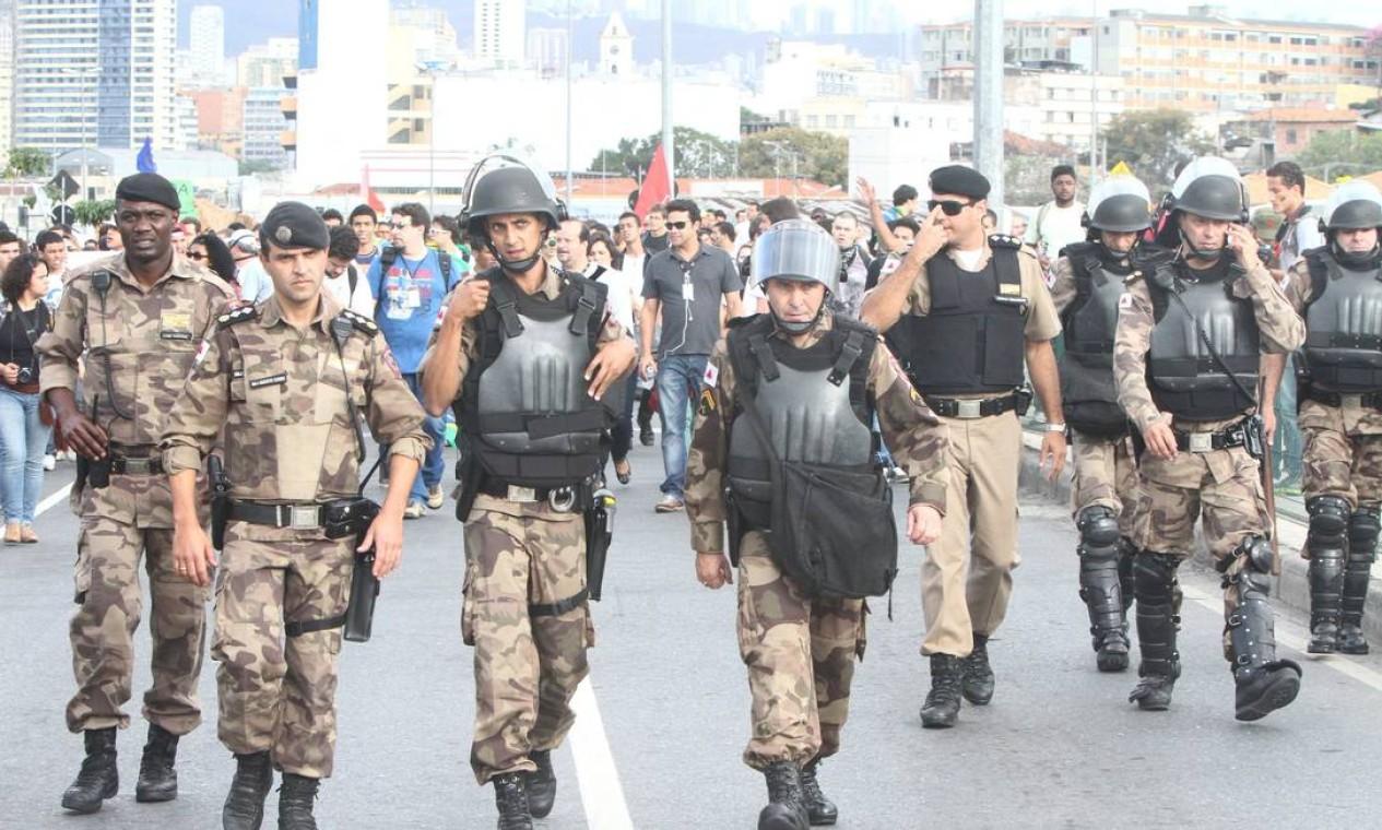 Policiais militares se preparam para o protesto em Belo Horizonte contra o aumento da passagem de ônibus Foto: Denilton Dias / O Tempo