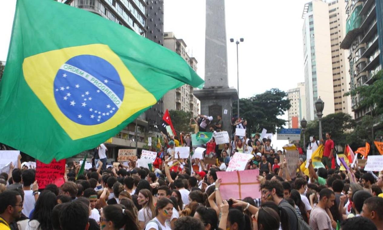 Manifestantes usam a bandeira brasileira nas manifestações em Belo Horizonte Foto: Denilton Dias / O Tempo