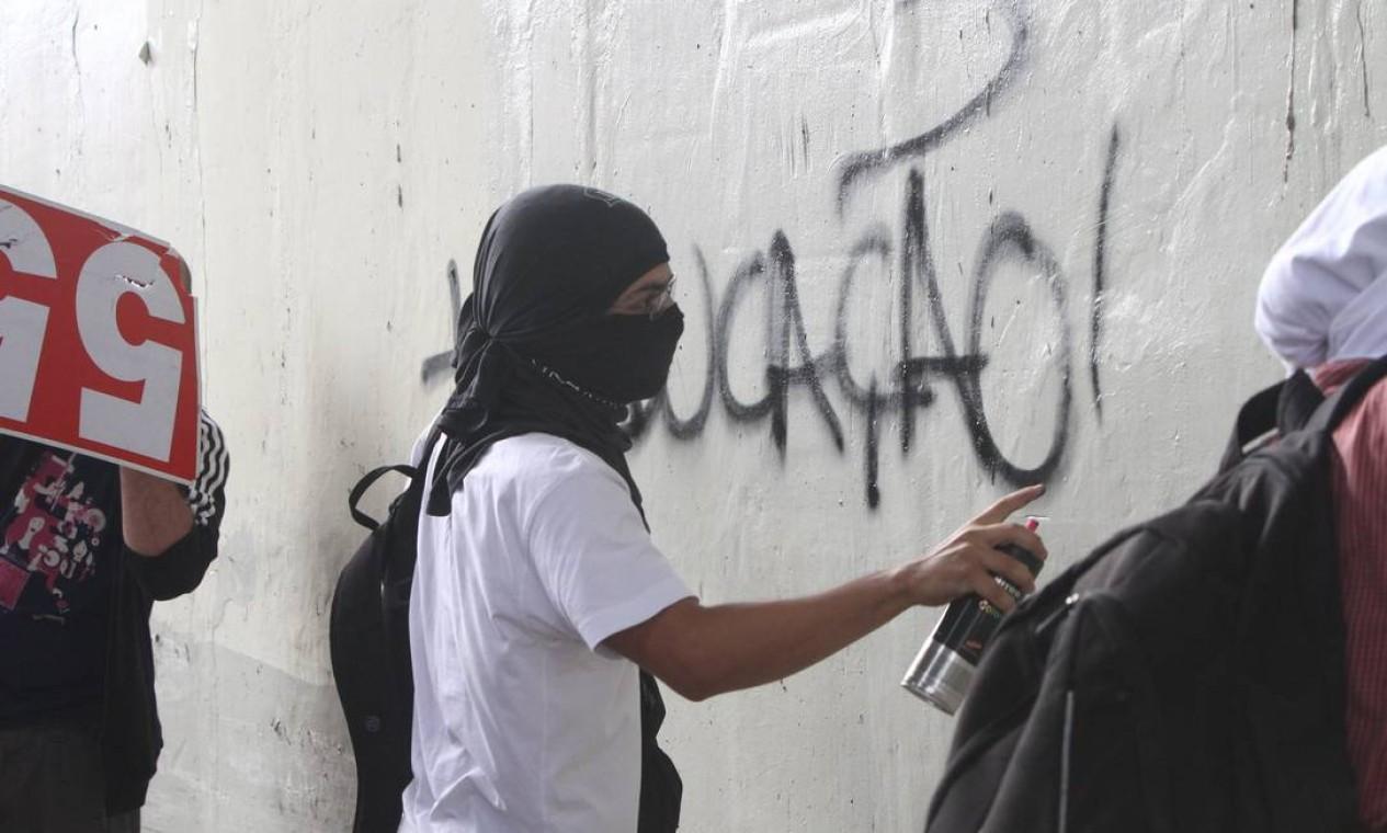 Um dos manifestantes picham muros durante os protestos na capital mineira Foto: Denilton Dias / O Tempo