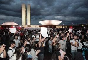 Estudantes tomam o espelho d`água em frente ao Congresso Nacional Foto: Givaldo Barbosa / Agência O Globo